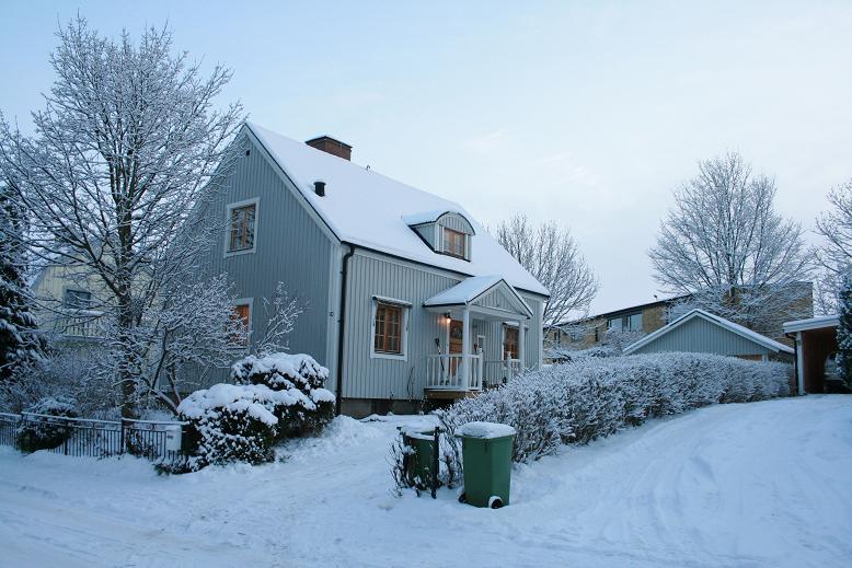 hus iklätt snö